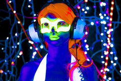 Muñeca cibernética femenina del disco atractivo de neón ultravioleta del resplandor Foto de archivo libre de regalías