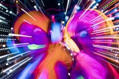 Muñeca cibernética femenina del disco atractivo de neón ultravioleta del resplandor Imagenes de archivo