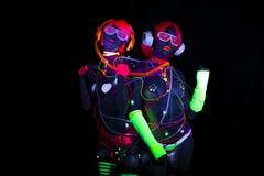 Muñeca cibernética femenina del disco atractivo de neón ultravioleta del resplandor Imagen de archivo