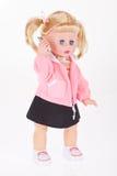 Muñeca con el juguete del teléfono celular en el fondo blanco Imagenes de archivo