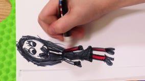 Muñeca de dibujo que colorea de la niña almacen de video