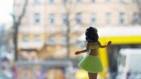 Muñeca de Hula del baile y tranvía amarilla almacen de metraje de vídeo