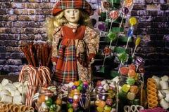 Muñeca de la chica joven en tierra del caramelo Imagenes de archivo