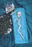 Muñeca de la muchacha que pone en el barco y que mira en la nave Foto de archivo