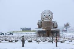 Muñeca de la paja en nieve foto de archivo libre de regalías