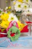 Muñeca de la primavera con el corazón rojo en manos Imágenes de archivo libres de regalías