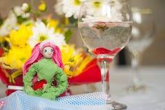 Muñeca de la primavera con el corazón rojo en manos Imagenes de archivo