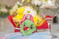 Muñeca de la primavera con el corazón rojo en manos Foto de archivo