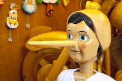 Muñeca de madera de Pinocchio con la nariz Fotografía de archivo