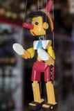 Muñeca de madera pintada de la marioneta de la figura de Pinocchio Imagenes de archivo