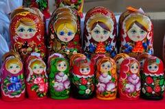Muñeca de Matryoshka, muñeca rusa, muñeca rusa de la jerarquización, apilando las muñecas, muñecas de madera imagenes de archivo