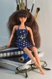 Muñeca de pelo largo hermosa en vestido azul marino Imágenes de archivo libres de regalías