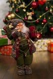 Muñeca de Santa Claus con una ruborización en llevar de las mejillas tradicional Imágenes de archivo libres de regalías