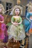 Muñeca de trapo en una ventana de la tienda Imagen de archivo