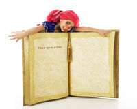 Muñeca de trapo viva en un libro foto de archivo