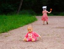Muñeca dejada por una pequeña muchacha Fotos de archivo