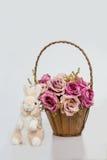 Muñeca del conejo y la cesta de la corteza de rosas Fotografía de archivo