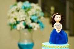 Muñeca del Debutante en la torta fotografía de archivo libre de regalías