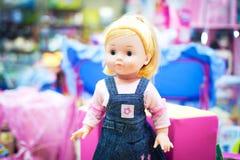 Muñeca del juguete en un almacén Imagenes de archivo