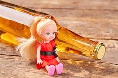 Muñeca del juguete que se sienta con alcohol fotografía de archivo