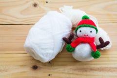 Muñeca del muñeco de nieve que hace punto Fotografía de archivo
