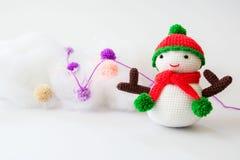 Muñeca del muñeco de nieve que hace punto Imagen de archivo
