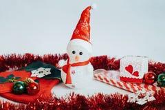 Muñeca del muñeco de nieve y decoraciones ligeras de la Navidad en un b de madera blanco Imagenes de archivo