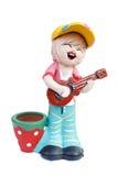 Muñeca del muchacho que juega la muñeca de la guitarra hecha de la arcilla cocida Fotografía de archivo