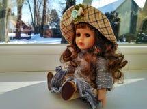 Muñeca del vintage con el pelo rizado fotos de archivo
