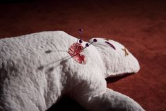 Muñeca del vudú con los contactos en su corazón foto de archivo