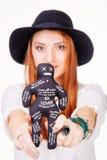 Muñeca del vudú de la tenencia de la mujer Imágenes de archivo libres de regalías
