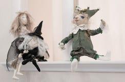 Muñeca divertida que se sienta en el alféizar Fotos de archivo libres de regalías