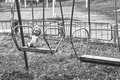 Muñeca en el oscilación fotografía de archivo