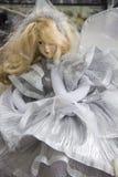 Muñeca en el vestido blanco foto de archivo