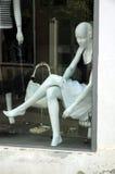Muñeca en ventana del departamento Fotos de archivo libres de regalías