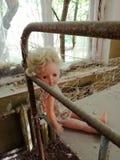 Muñeca espeluznante encontrada en la zona de Chernóbil imagen de archivo