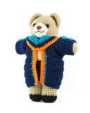 Muñeca hecha a mano del oso de peluche del ganchillo con el vestido de la graduación en b blanco Imagenes de archivo