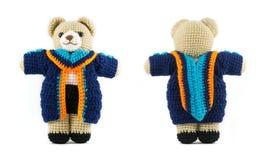 Muñeca hecha a mano del oso de peluche del ganchillo con la graduación Foto de archivo