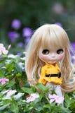 Muñeca hermosa en el jardín Fotos de archivo