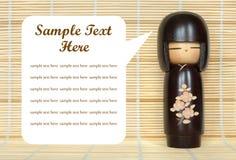 Muñeca japonesa en la estera de bambú Foto de archivo libre de regalías