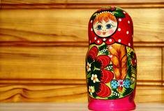 Muñeca jerarquizada rusa única (Matryoshka) en blanco, que se colocan cerca juntos como una familia Fotos de archivo