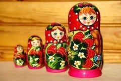 Muñeca jerarquizada rusa única (Matryoshka) en blanco, que se colocan cerca juntos como una familia imagen de archivo