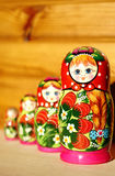 Muñeca jerarquizada rusa única (Matryoshka) en blanco, que se colocan cerca juntos como una familia Fotos de archivo libres de regalías