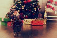 Muñeca linda de Santa Claus que lleva el traje tradicional y que sostiene a Fotografía de archivo