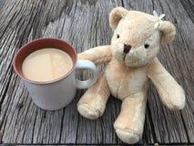 Muñeca linda del oso con café de la leche de la mañana Imágenes de archivo libres de regalías