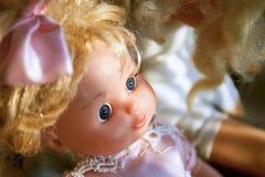 Muñeca plástica linda con el arco Cierre para arriba Imágenes de archivo libres de regalías