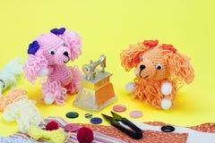 Muñeca que hace punto del perro en juguete de costura Imagen de archivo