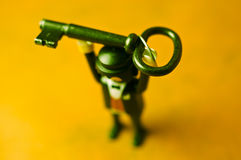 Muñeca que lleva a cabo clave grande foto de archivo libre de regalías