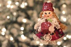 Muñeca que sostiene una manzana Foto de archivo