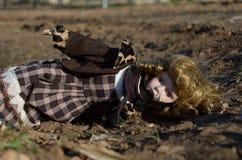 Muñeca quebrada en la tierra Fotografía de archivo libre de regalías